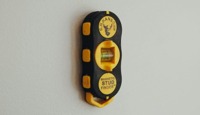 HOW TO USE A STUD FINDER?