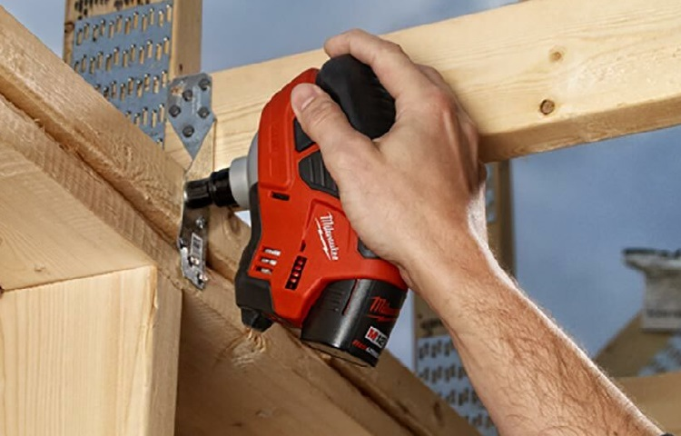 holding palm nailer