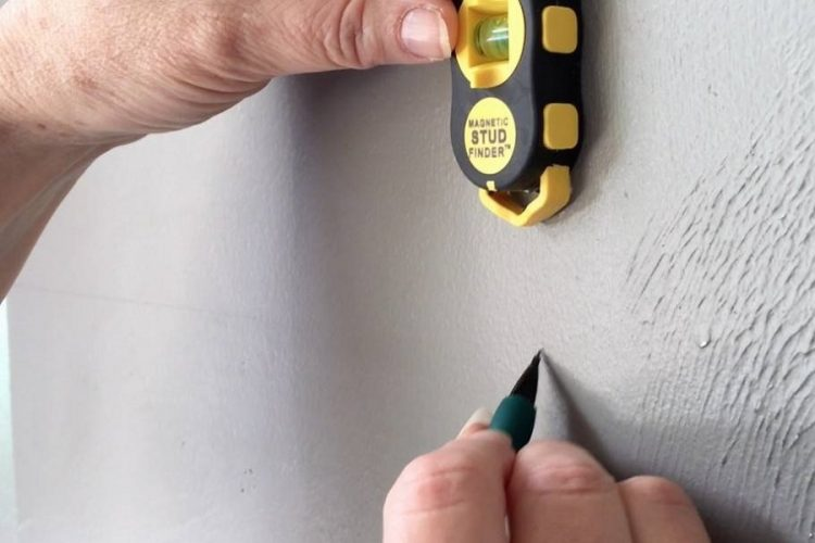 HOW DOES A STUD FINDER WORK?